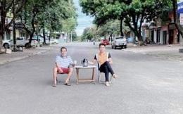 Kê bàn giữa đường uống trà rồi chụp ảnh đăng facebook: Xử phạt 2 người