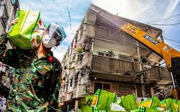 Ảnh, clip: Các chiến sĩ bộ đội cùng đội thiện nguyện dùng 2 xe cẩu phát nhu yếu phẩm cho người dân tại chung cư Sài Gòn