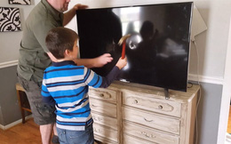 Trẻ dùng búa đập vỡ hai chiếc ti vi, cách hành xử của phụ huynh khiến dân tình nổ ra tranh cãi: Thương con hay hại con?