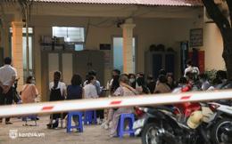 Ảnh: Người dân Hà Nội xếp hàng đến đêm tại trụ sở công an phường xin cấp giấy đi đường