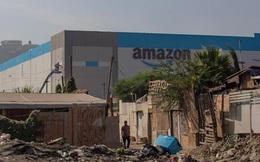 Bức ảnh gây bão: Nhà kho bề thế của Amazon mọc lên giữa khu ổ chuột lụp xụp, tạo nên hình ảnh tương phản đến đau lòng