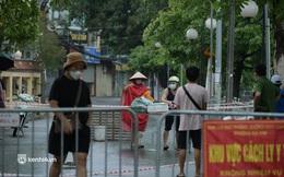 Hà Nội: Người thân đội mưa tầm tã tiếp tế cho khu phong toả hơn 1.200 dân chợ Đại Từ