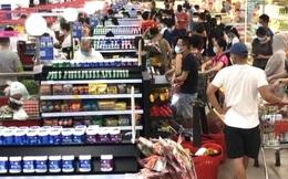 Nhiều người dân đứng nhìn hàng chất đầy siêu thị không thể mua vì... ở khác phường