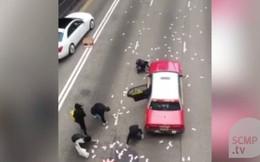 Cận cảnh hiện trường vụ 3 container chở tiền rơi trên đường cao tốc tại Hong Kong