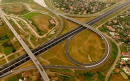 Một giờ trên cao tốc hiện đại nhất Việt Nam