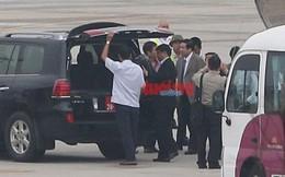 Bộ trưởng Phùng Quang Thanh tươi cười bước xuống máy bay