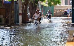Hà Nội: Hết mưa, nhà vẫn ngập đường phố vẫn 'thành sông'