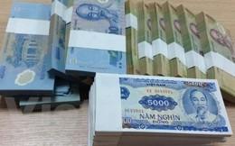 Nhân viên ngân hàng 'đau đầu' vì đổi tiền mới cho khách
