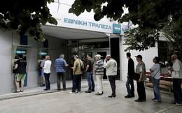 Bị rút tiền ồ ạt, ATM ở Hy Lạp cạn tiền