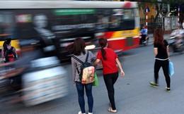 Cảnh qua đường thót tim ở trạm trung chuyển xe buýt lớn nhất HN
