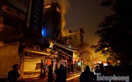 Hoảng loạn vì nhiều nhà trên phố Nguyễn Khang cháy lớn trong đêm