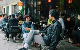 Tại sao người Hà Nội thích uống cà phê ngoài vỉa hè mà không vào trong quán?