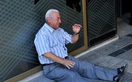 Đau lòng hình ảnh cụ ông người Hy Lạp ngồi khóc cạnh ngân hàng