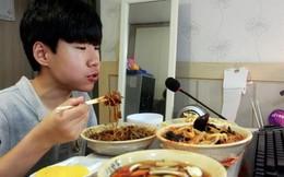 Cậu bé 14 tuổi kiếm hàng nghìn đô mỗi tối chỉ nhờ ăn trước máy quay