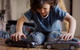 """Đây là điều sẽ xảy ra khi bạn tặng con mình những chiếc xe đồ chơi """"không thể đâm nhau""""!"""