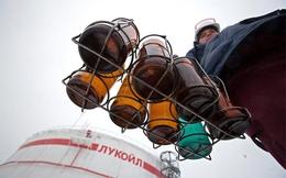Giá dầu giảm, Nga đối mặt cuộc chiến tiền thuế