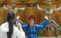 Nhẫn nhịn chiều du khách Trung Quốc