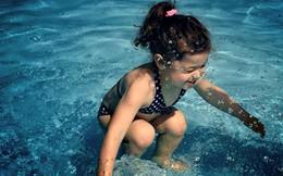 Bức ảnh đang gây tranh cãi trên toàn thế giới: Cô bé lặn dưới hồ bơi hay đang nhảy trên mặt nước?