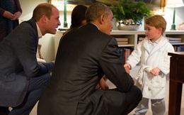 Hoàng tử nhí nước Anh mặc đồ ngủ bắt tay Tổng thống Mỹ Barack Obama