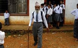 Cụ ông 68 tuổi cần mẫn đi học lớp 10