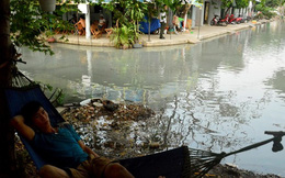Nước ngập nhiều màu, nồng nặc mùi hóa chất ở Sài Gòn