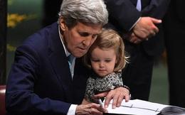 Ngoại trưởng Mỹ bế cháu gái đi ký thỏa thuận Paris