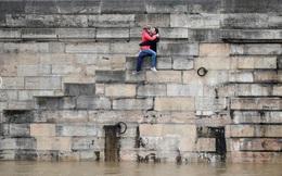 """Paris """"mùa nước lũ"""": Ngập lụt thì vẫn phải lãng mạn!"""