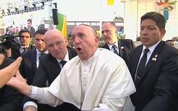 Giáo hoàng nổi cáu bất ngờ sau khi bị fan kéo ngã ở Mexico