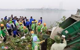 Phó thủ tướng Vũ Đức Đam cùng sinh viên dọn rác