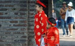 Người dân Hà Nội ra đường đón Tết trong nắng ấm