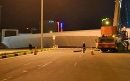 Hà Nội: Dầm thép khổng lồ rơi chắn ngang đường Trần Duy Hưng giữa đêm khuya