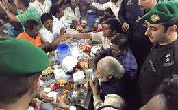 Mạng xã hội náo loạn với bức ảnh thủ tướng Ấn Độ ngồi ăn bánh kẹo, uống nước lọc cùng công nhân xây dựng