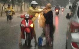 Khoảnh khắc đẹp nhất ngày mưa: Cô gái Hà Nội dừng xe, mặc áo mưa cho cụ bà trong cơn dông