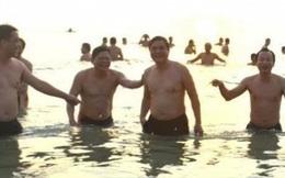 Đà Nẵng: Du khách phấn khích vì Bí thư Xuân Anh cùng tắm biển