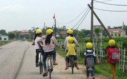 Chuyện hiếm ở Hà Tĩnh: Học sinh đi bộ hay xe đạp cũng đội mũ bảo hiểm