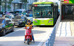 Dân mình ý thức tham gia giao thông thế này, bảo sao xe buýt BRT có nhanh tới mấy cũng vẫn chậm!