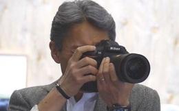 """Bắt gặp CEO Sony đang """"trên tay"""" máy ảnh của Nikon"""