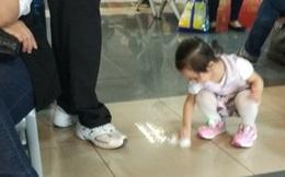 Bé 3 tuổi cầm giấy bố đưa tự lau nước đổ ra sàn