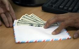 """Ăn cơm 25.000 đồng nhưng """"tặng"""" phong bì hàng nghìn USD"""