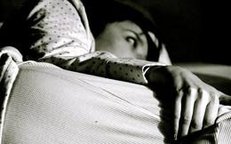 Tại sao dùng điện thoại trước lúc đi ngủ cực kì có hại, nhưng xem TV thì không?