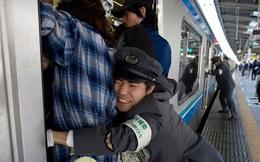 """Để đi làm đúng giờ, người Nhật sẵn sàng chờ để """"được"""" nhồi nhét lên tàu điện ngầm như thế này"""