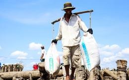 Bán 100 kg muối không đủ tiền uống ly cà phê