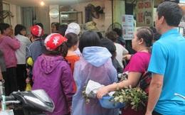 Mưa gió, người Hà Nội vẫn xếp hàng dài mua bánh trôi, bánh chay
