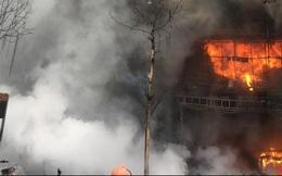 Cháy lớn dãy nhà hàng trên phố Trần Thái Tông, nhiều người la khóc, 1 cảnh sát bị thương
