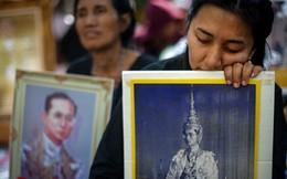 Nguy cơ thiếu áo đen để chịu tang Nhà Vua Thái Lan