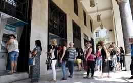 Cảnh chen lấn, chờ đợi rút tiền tại ATM ở nước ngoài