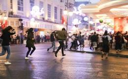 Chùm ảnh: Người Hà Nội hối hả chạy mưa chiều tối Giáng sinh