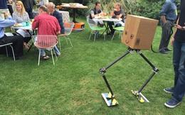 Bên trong hội nghị bí mật của Amazon, nơi Jeff Bezos mặc một bộ quần áo robot đến tham dự
