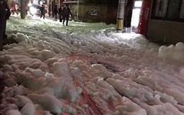 Bọt trắng bí ẩn phủ dày như tuyết sau động đất ở Nhật Bản