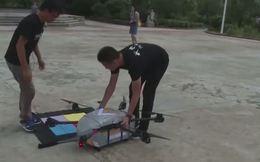 Không chỉ giúp kiểm soát giao thông, tại Trung Quốc drone còn được sử dụng để đưa thư tại các vùng có đường xá hiểm trở